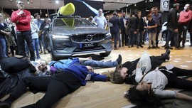 FOTO: Aksi Teatrikal Kecam Industri Otomotif