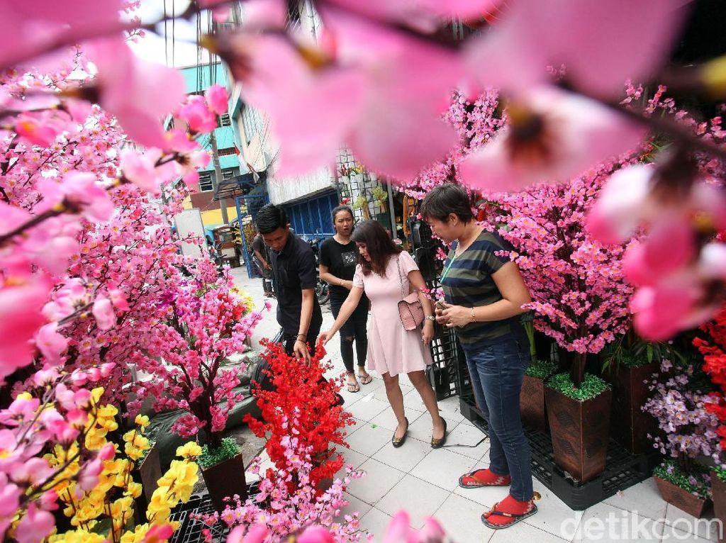 Laris Manis Penjualan Pohon Mei Hua yang Jelita Jelang Imlek