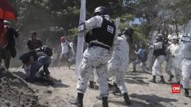 VIDEO: Imigran Bentrok dengan Petugas Perbatasan Meksiko