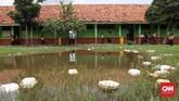 Menjadi wilayah yang berdekatan dengan Jakarta Utara, bukan jaminan infrastruktur pendidikannya ikut bagus. Kondisi miris itu terjadi di Sekolah Dasar Negeri (SDN) Samudrajaya 04 di Desa Samudrajaya, Kecamatan Tarumajaya, Kabupaten Bekasi. (CNNIndonesia/Safir Makki)