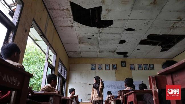 Seluruh ruangan dalam kondisi rusak, rata-rata kerusakan pada bagian plafon yang sudah bolong-bolong. (CNNIndonesia/Safir Makki)