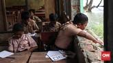 Jendala di ruang kelas beberapa sudah tidak ada kacanya. (CNNIndonesia/Safir Makki)