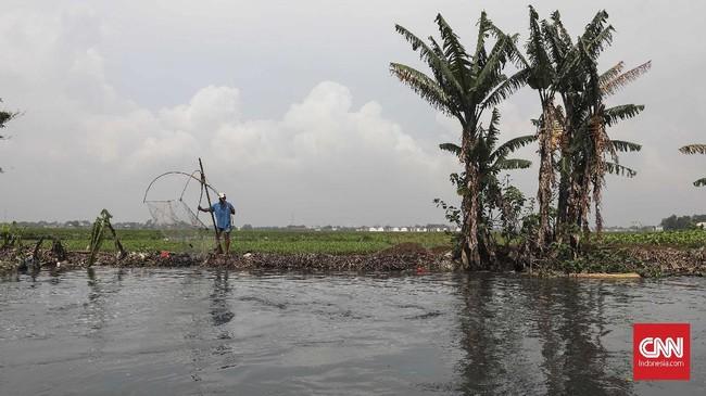 Dari pagi hingga siang, warga berburu ikan di Kali Doser sebagai mata pencarian tambahan. CNNIndonesia/Safir Makki.