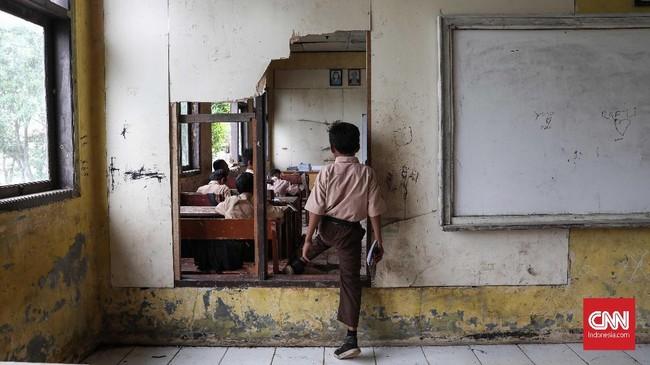 Pembatas ruang kelas itu dengan kelas lain juga sudah jebol. (CNNIndonesia/Safir Makki)