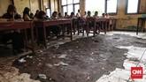 Ruang kelas 5 merupakan ruangan yang rusaknya paling parah, lantai keramik terlepas, hanya menyisakan tanah saja. (CNNIndonesia/Safir Makki)