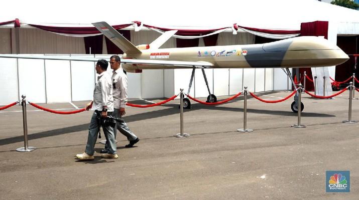 Presiden Jokowi meminta TNI mengembangkan teknologi dalam dunia militer. Salah satunya penggunaan pesawat tanpa awak atau dorne sebagai bagian dari alutsista.