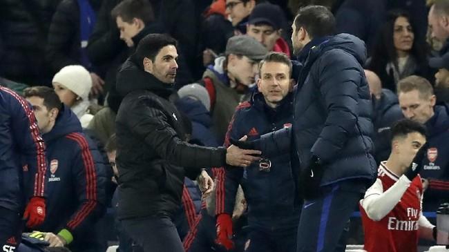 Frank Lampard (kanan) dan Mikel Arteta kembali bertemu, kali ini dengan status sebagai pelatih. Selanjutnya, pada akhir pekan mendatang, Lampard akan membawa Chelsea bertamu ke markas Leicester dan Arteta memimpin Arsenal ke markas Burnley. (AP Photo/Matt Dunham)