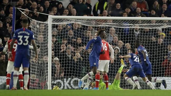 Cesar Azpilicuetamembawa Chelsea kembali unggul pada menit ke-84. Umpan dari Callum Hudson-Odoi disontek dengan cermat oleh pemain yang berposisi sebagai bek kanan itu. (AP Photo/Matt Dunham)