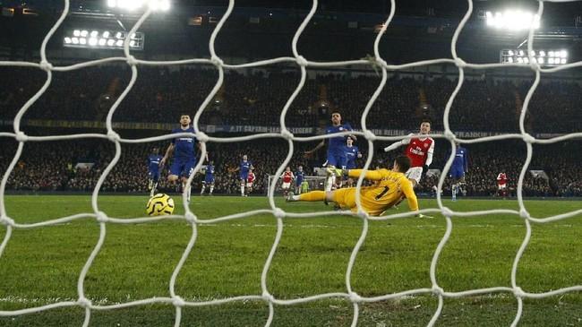 Gabriel Martinelli mencetak gol pertama untuk Arsenal yang membuat skor menjadi imbang. Martinelli menggiring bola dari daerah pertahanan The Gunners hingga kotak penalti The Blues sebelum melepaskan tembakan yang memperdaya Kepa Arrizabalaga.(AP Photo/Matt Dunham)