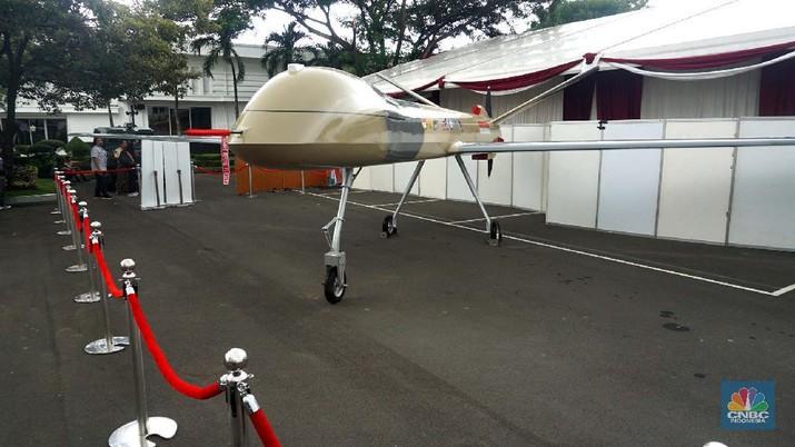 Jokowi meminta TNI untuk mengembangkan teknologi untuk dunia militer. Salah satunya penggunaan pesawat tanpa awak atau drone sebagai bagian dari alutsista.
