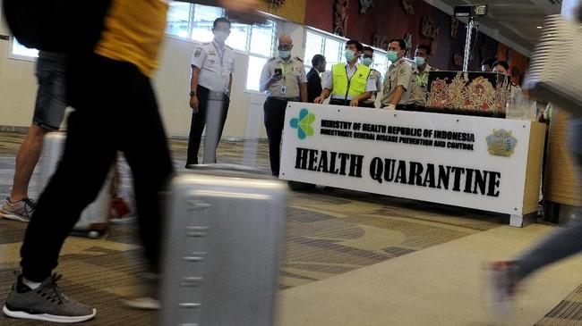 Petugas memantau suhu tubuh penumpang menggunakan alat pemindai suhu tubuh di Terminal Kedatangan Internasional Bandara Internasional I Gusti Ngurah Rai, Bali, Rabu (22/1). (ANTARA FOTO/Fikri Yusuf/hp.)