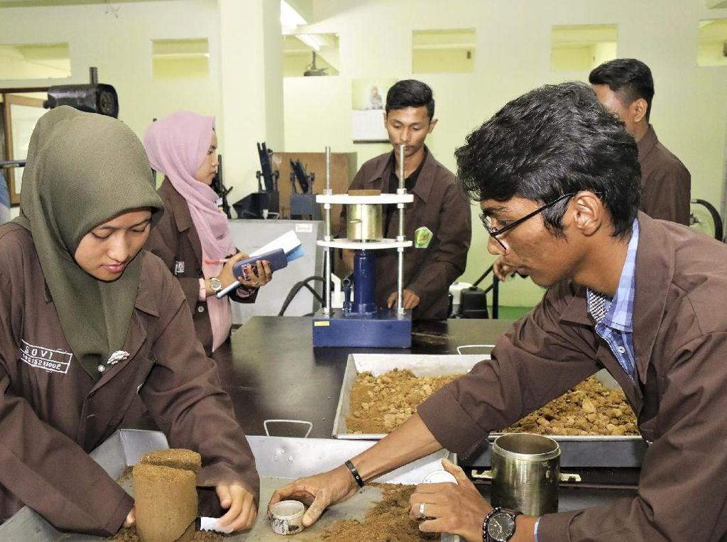 Semen Indonesia Revitalisasi Laboratorium Universitas Bung Hatta