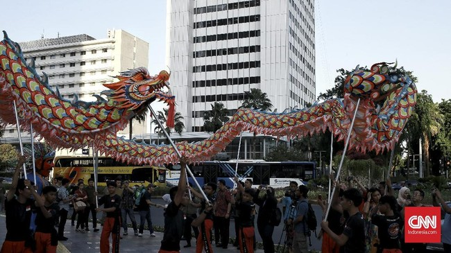 Atraksi hiburan Liong merupakan salah satu rangkaian dari acara Pemerintah Provinsi (Pemprov) DKI Jakarta untuk perayaan tahun baru Imlek 2571 di beberapa ruang publik di Ibu Kota. (CNN Indonesia/Andry Novelino)