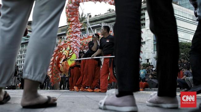 Sejak lama, Liong dimainkan di berbagai acara penting umat Tionghoa, biasanya di dalam area klenteng. (CNN Indonesia/Andry Novelino)