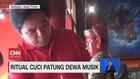 VIDEO: Ritual Cuci Patung Dewa Musik