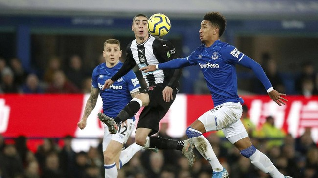 Everton membuang keunggulan dua gol saat menjamu Newcastle United di Goodison Park. Dua gol Florian Lejeune saat injury time babak kedua membuat Newcastle mengakhiri laga 2-2. (Martin Rickett/ PA via AP)