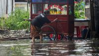 Di Tengah Banjir, Pedagang Ini Tetap Jualan demi Cuan