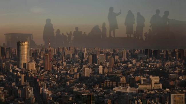 Bayangan para pengunjung tercermin pada suatu jendela kaca di gedung tingkat 47, di Shibuya, Tokyo, Kepang. (AP Photo/Jae C. Hong)