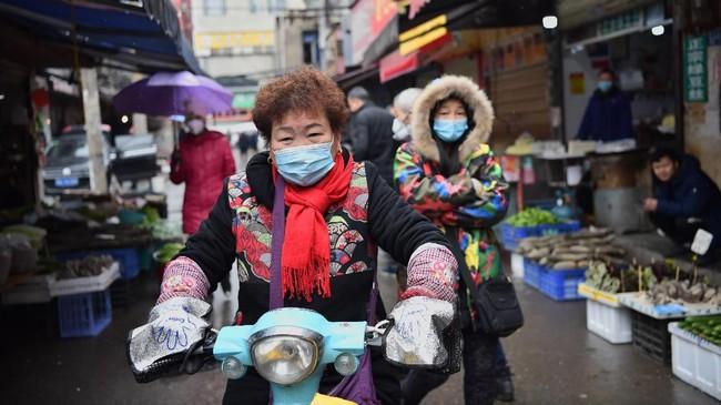 Pemerintah China memutuskan menutup seluruh akses masuk dan keluar Kota Wuhan untuk mencegah penyebaran wabah virus corona. (Photo by HECTOR RETAMAL / AFP)