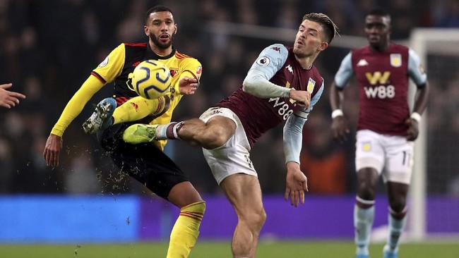 Pemain Watford Etienne Capoue berduel melawan gelandang Aston Villa Jack Grealish. Villa menang 2-1 atas Watford di Villa Park. (David Davies/PA via AP)