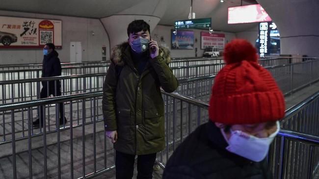 Pusat pengendalian penyebaran virus corona di China menyatakan pemerintah Wuhan menutup seluruh pelabuhan, terminal, bandara, dan stasiun pada Kamis (23/1) mulaipukul 10.00 waktu setempat.(Photo by HECTOR RETAMAL / AFP)