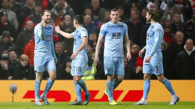 Manchester United dipermalukan tim tamu Burnley saat kalah 0-2 di Stadion Old Trafford. Salah satu gol Burnley dicetak Jay Rodriguez. (Martin Rickett/PA via AP)
