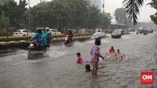 Banjir Jadi Kolam Renang Dadakan Anak-anak Gunung Sahari