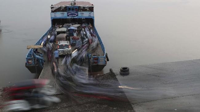 Penumpang turun dari kapal feri setelah melintasi sungai Mekong di Arey Ksat menuju Phnom Penh, Kamboja. (AP Photo/Heng Sinith)
