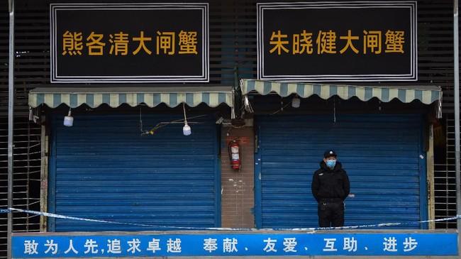 Mereka juga menghentikan layanan transportasi darat, perairan serta udara dari dan menuju kota tersebut.(Photo by Hector RETAMAL / AFP)