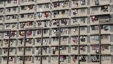 Pakaian-pakaian yang tengah dikeringkan digantung jendela pada suatu bangunan di Mumbai, India. (AP Photo/Rafiq Maqbool)
