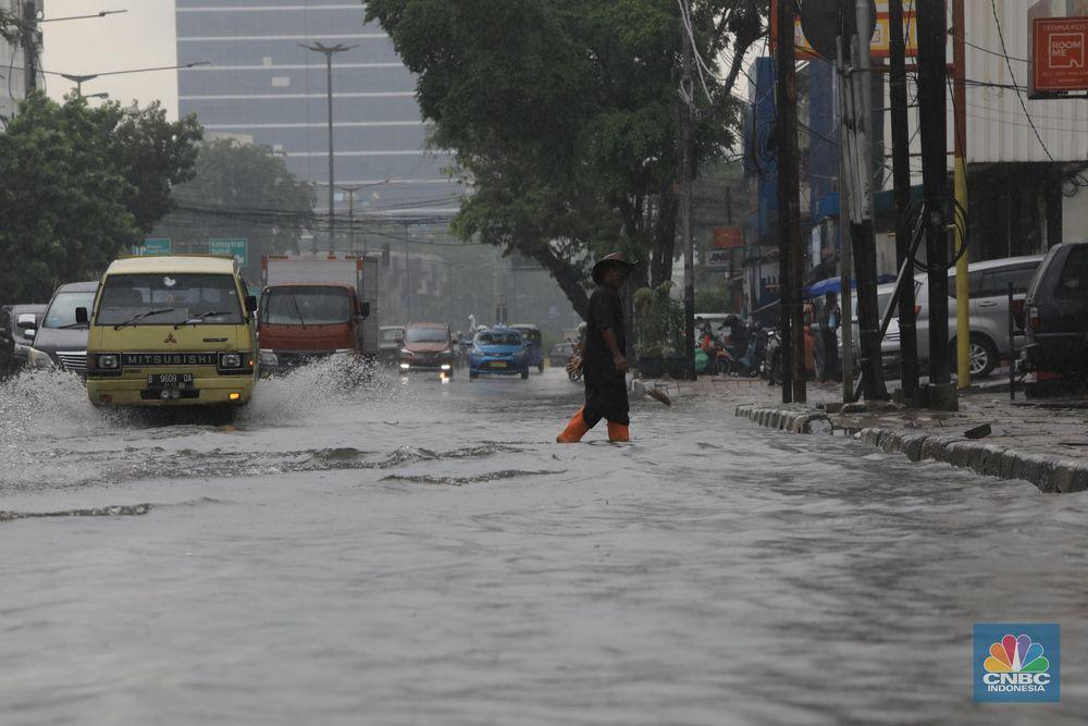Wilayah Pasar Baru, tepatnya di Jalan Samanhudi tergenang dengan ketinggian di atas mata kaki akibat banjir yang menerpa Jakarta sejak Jumat (24/1/2020) pagi.
