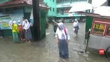 VIDEO: Sekolah Kebanjiran, Siswa Dipulangkan Lebih Awal