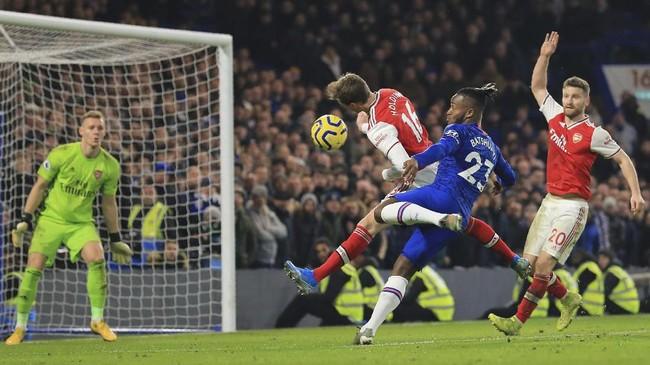 Chelsea gagal mengalahkan Arsenal di Stadion Stamford Bridge setelah ditahan imbang 2-2. Padahal Arsenal bermain dengan sepuluh pemain sejak babak pertama setelah David Luiz diusir wasit. (AP Photo/Leila Coker)
