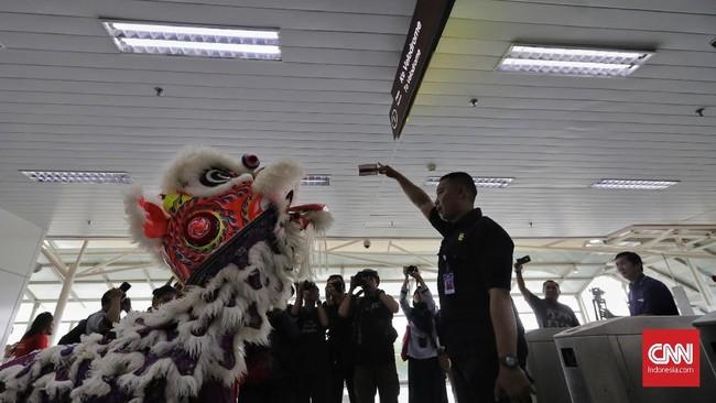 Barongsai beraksi di Stasiun LRT Velodrome, Jakarta, Sabtu (25/1). LRT Jakarta menggelar pertunjukan barongsai dan liang liong pada Tahun Baru Imlek untuk menghibur penumpang. (CNN Indonesia/ Adhi Wicaksono)