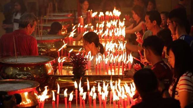 Warga keturunan Tionghoa yang menganut agama Budha melaksanakan ibadah tahun baru Imlek di Vihara Dharma Bhakti, Banda Aceh, Aceh, Sabtu (25/1). (ANTARA FOTO/Irwansyah Putra/ama).