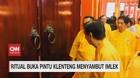 VIDEO: Ritual Buka Pintu Klenteng Menyambut Imlek