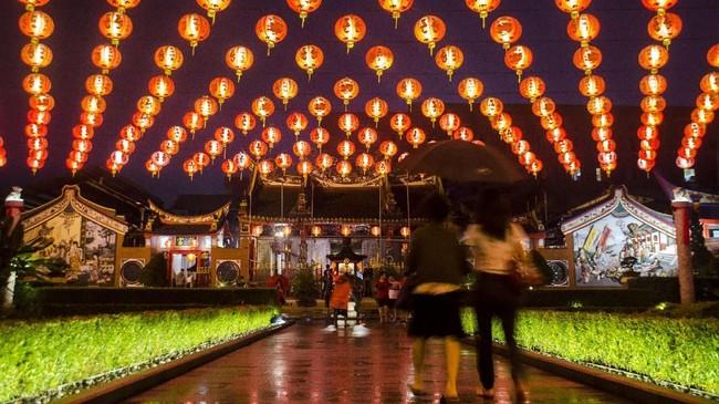 Warga keturunan Tionghoa berjalan untuk melakukan sembahyang malam Imlek di Vihara Satya Budhi, Bandung, Jawa Barat, Jumat (24/1). (ANTARA FOTO/Novrian Arbi/ama)