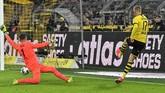 Tak mau menyia-nyiakan waktu di lapangan, Erling Haaland kembali cetak gol ke gawang Koln sekaligus menutup kemenangan Die Borussen dengan skor 5-1. (AP Photo/Martin Meissner)