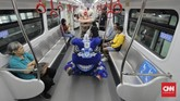 BBarongsai beraksi di Stasiun LRT Velodrome, Jakarta, Sabtu (25/1). LRT Jakarta menggelar pertunjukan barongsai dan liang liong pada Tahun Baru Imlek untuk menghibur penumpang. (CNN Indonesia/ Adhi Wicaksono)