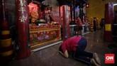 Warga keturunan Tionghoa melakukan sembahyang di Vihara Amurva Bhumi, kawasan Karet Semanggi, Jakarta, Jumat (24/1) dalam rangka menyambut Tahun Baru Imlek 2571/2020. (CNN Indonesia/ Adhi Wicaksono)