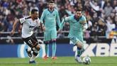 Barcelona bermain buruk di babak pertama. Lionel Messi tidak mampu berbuat banyak menghadapi lini pertahanan Valencia pada laga di Stadion Mestalla, Sabtu (25/1). (AP Photo/Alberto Saiz)