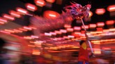 Penari memainkan tarian naga pada malam Imlek 2571 di kelenteng See Hin Kiong Padang, Sumatera Barat, Jumat (24/1). Selain melakukan sembahyang akhir tahun, malam imlek di klenteng tertua tersebut juga digelar atraksi barongsai dan tarian naga yang menjadi daya tarik warga setempat. (ANTARA FOTO/Iggoy el Fitra/pd).