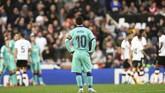 Kapten Barcelona Lionel Messi tidak mampu berbuat banyak saat melihat para pemain Valencia merayakan gol kedua. (AP Photo/Alberto Saiz)