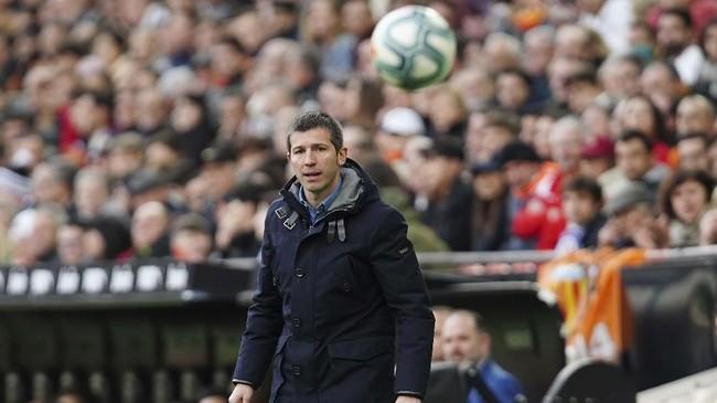 Pelatih Valencia Albert Celades memberi instruksi kepada para pemain di pinggir lapangan. Skor imbang tanpa gol bertahan hingga akhir babak pertama. (AP Photo/Alberto Saiz)