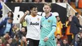 Penyerang Valencia Maxi Gomez merayakan gol pertama tuan rumah. Tertinggal satu gol membuat Barcelona bermain lebih agresif. (AP Photo/Alberto Saiz)