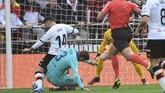 Laga berjalan sepuluh menit wasit Jesus Gil Manzano memberi Valencia tendangan penalti setelah bek Barcelona Gerard Pique melanggar pemain Valencia Jose Luis Gaya Pena. (JOSE JORDAN / AFP)