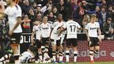 Para pemain Valencia merayakan gol Maxi Gomez (bawah). Keunggulan 2-0 atas Barcelona berhasil dipertahankan Valencia hingga laga usai. (AP Photo/Alberto Saiz)