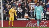 Babak kedua berjalan tiga menit Valencia berhasil menggetarkan gawang kiper Barcelona Marc-Andre ter Stegen setelah Jordi Alba melakukan gol bunuh diri saat ingin mengantisipasi tendangan Maxi Gomez. (AP Photo/Alberto Saiz)