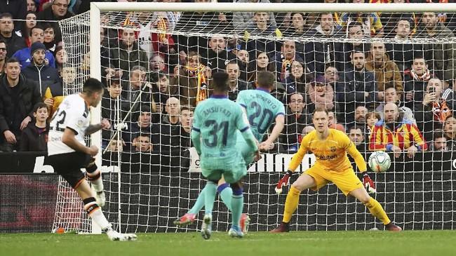 Valencia justru mampu menggandakan keunggulan 2-0 lewat gol Maxi Gomez pada menit ke-77. Gomez dengan dingin menaklukkan kiper Marc-Andre Ter Stegen. (AP Photo/Alberto Saiz)