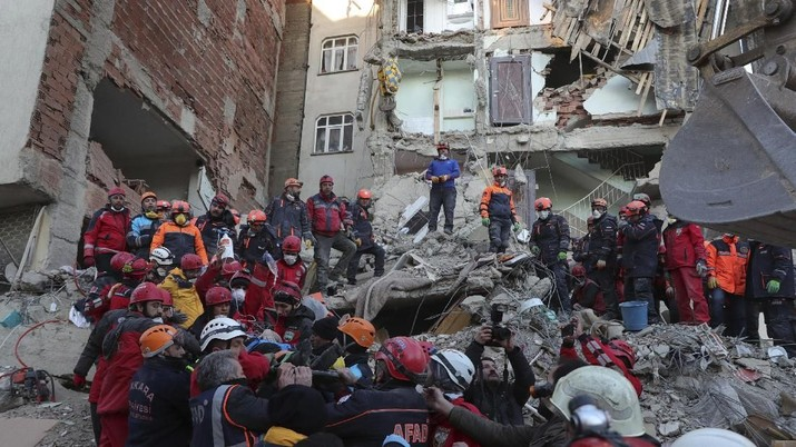 Members of rescue services carry a wounded man, that was found alive in the rubble of a building destroyed on Friday's earthquake in Elazig, eastern Turkey, Saturday, Jan. 25, 2020. Rescue workers were continuing to search for people buried under the rubble of apartment blocks in Elazig and neighboring Malatya. Mosques, schools, sports halls and student dormitories were opened for hundreds who left their homes after the quake. (Presidential Press Service via AP, Pool)